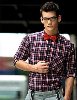 Cómo combinar: camisa de manga larga de tartán en rojo y negro, pantalón de vestir de lana gris, corbatín rojo, tirantes en negro y blanco