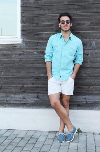 Para un atuendo que esté lleno de caracter y personalidad utiliza una camisa de manga larga en turquesa y unos pantalones cortos blancos. Náuticos de lona azules son una opción inigualable para complementar tu atuendo.