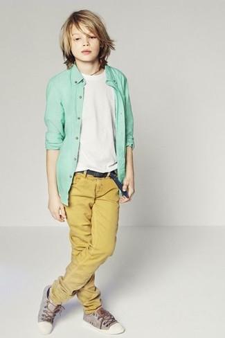 Cómo combinar: camisa de manga larga en verde menta, camiseta blanca, pantalones mostaza, zapatillas grises