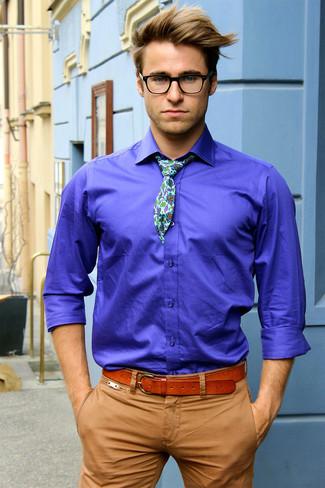 Cómo combinar: camisa de manga larga en violeta, pantalón chino marrón claro, corbata con print de flores en verde menta, correa de cuero en tabaco