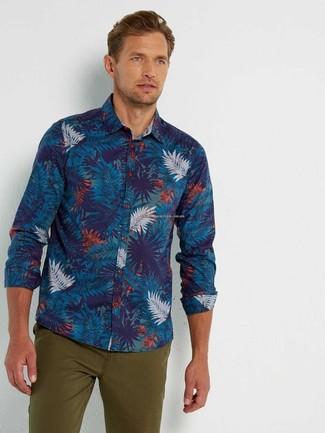 Cómo combinar: camisa de manga larga estampada azul marino, pantalón chino verde oliva
