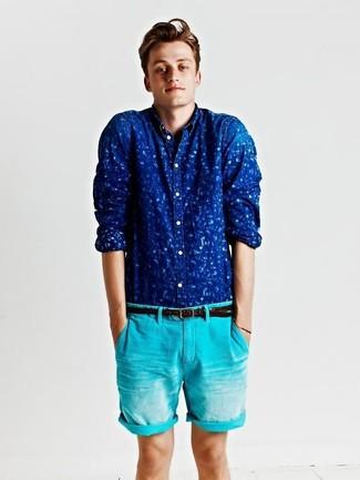 Cómo combinar: camisa de manga larga estampada azul, pantalones cortos en turquesa, correa de cuero tejida en marrón oscuro