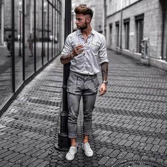 Cómo combinar: camisa de manga larga estampada en blanco y negro, pantalón chino gris, tenis de cuero grises