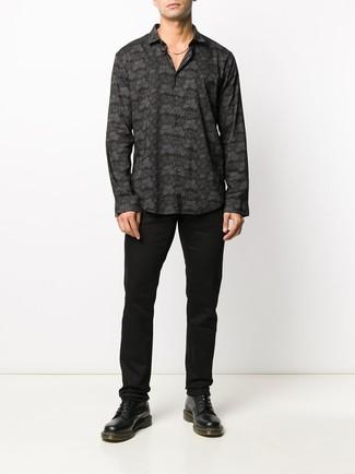 Cómo combinar: camisa de manga larga estampada negra, pantalón chino negro, botas casual de cuero negras