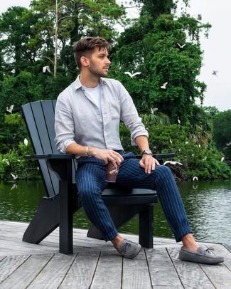 Cómo combinar: camisa de manga larga de lino gris, camiseta con cuello circular blanca, pantalón chino de rayas verticales azul marino, mocasín de ante gris