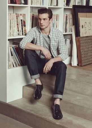 Outfits hombres: Equípate una camisa de manga larga de tartán gris con unos vaqueros en gris oscuro para lidiar sin esfuerzo con lo que sea que te traiga el día. ¿Te sientes valiente? Opta por un par de zapatos derby de cuero negros.