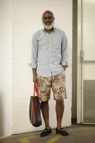 Cómo combinar: camisa de manga larga gris, pantalones cortos estampados en multicolor, mocasín de ante azul marino, bolsa tote de cuero en marrón oscuro