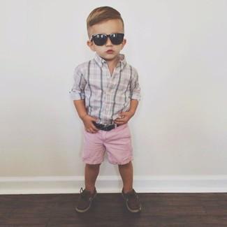 Cómo combinar: camisa de manga larga gris, pantalones cortos rosados, náuticos en marrón oscuro