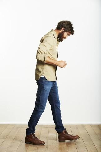 Intenta ponerse una camisa de manga larga marrón claro y unos vaqueros azules para lidiar sin esfuerzo con lo que sea que te traiga el día. Botas casual de cuero en marrón oscuro levantan al instante cualquier look simple.
