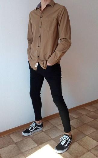 Look de moda: Camisa de manga larga marrón, Vaqueros pitillo negros, Tenis de lona en negro y blanco, Calcetines invisibles blancos