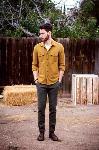 Cómo combinar: camisa de manga larga mostaza, camiseta con cuello circular blanca, pantalón de vestir de lana en gris oscuro, botas safari de cuero burdeos