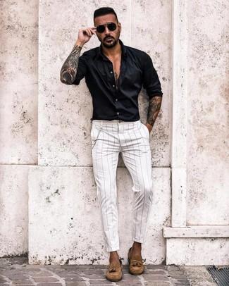 Cómo combinar: camisa de manga larga negra, pantalón chino de rayas verticales blanco, mocasín con borlas de ante marrón claro, gafas de sol negras