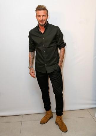 Cómo combinar: camisa de manga larga negra, pantalón chino negro, botas casual de ante en tabaco