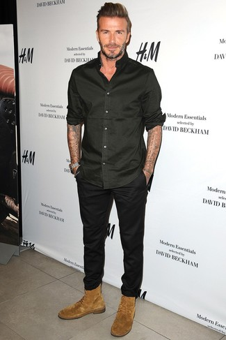 Look de David Beckham: Camisa de manga larga negra, Pantalón chino negro, Botas casual de ante marrón claro