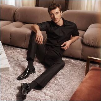 Cómo combinar: camisa de manga larga negra, pantalón de vestir negro, zapatos derby de cuero negros, calcetines negros
