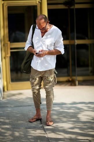 Cómo combinar unas chanclas: Intenta ponerse una camisa de manga larga blanca y un pantalón cargo marrón claro para cualquier sorpresa que haya en el día. Para darle un toque relax a tu outfit utiliza chanclas.