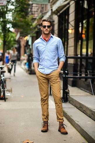 Cómo combinar: camisa de manga larga celeste, pantalón chino marrón claro, botas casual de ante marrónes, bandana roja
