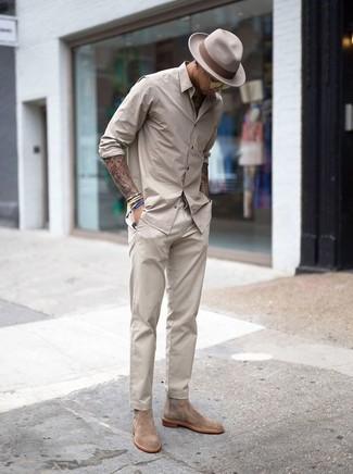 Cómo combinar: camisa de manga larga en beige, pantalón chino en beige, botines chelsea de ante en beige, sombrero de lana en beige