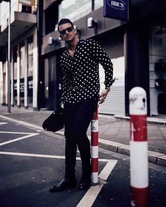 Cómo combinar: camisa de manga larga a lunares en negro y blanco, pantalón chino azul marino, botines chelsea de cuero negros, gafas de sol negras