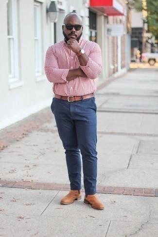 Cómo combinar un reloj de cuero en tabaco: Emparejar una camisa de manga larga de cuadro vichy en rojo y blanco con un reloj de cuero en tabaco es una opción atractiva para el fin de semana. Opta por un par de botines chelsea de cuero marrón claro para mostrar tu inteligencia sartorial.