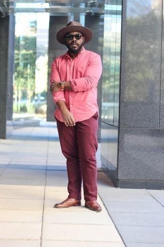 Cómo combinar un reloj de cuero en tabaco: Mantén tu atuendo relajado con una camisa de manga larga rosa y un reloj de cuero en tabaco. Con el calzado, sé más clásico y opta por un par de botines chelsea de cuero marrónes.