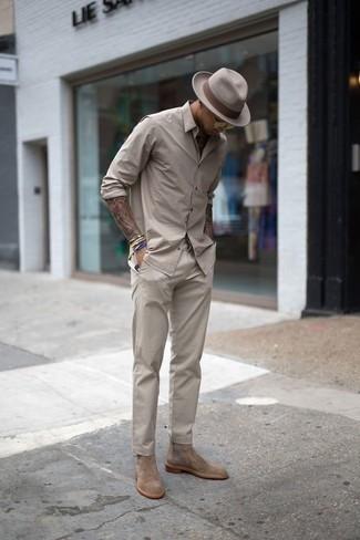 Cómo combinar un reloj plateado: Una camisa de manga larga en beige y un reloj plateado son una opción práctica para el fin de semana. Botines chelsea de ante marrón claro añaden la elegancia necesaria ya que, de otra forma, es un look simple.