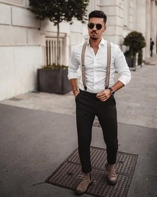 Cómo combinar unos tirantes: Para un atuendo tan cómodo como tu sillón elige una camisa de manga larga blanca y unos tirantes. ¿Te sientes valiente? Complementa tu atuendo con botines chelsea de ante marrónes.