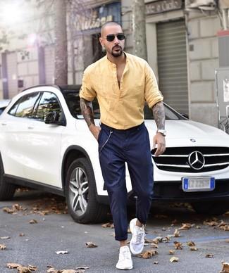 Cómo combinar: camisa de manga larga de lino amarilla, pantalón chino de rayas verticales azul marino, deportivas blancas, gafas de sol negras