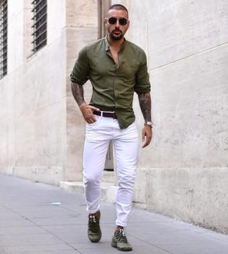 Cómo combinar: camisa de manga larga verde oliva, pantalón chino blanco, deportivas verde oliva, correa de cuero en marrón oscuro