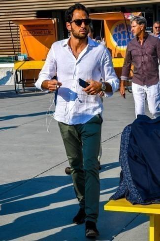 Cómo combinar un pantalón chino verde oscuro: Considera ponerse una camisa de manga larga de lino blanca y un pantalón chino verde oscuro para una vestimenta cómoda que queda muy bien junta. ¿Quieres elegir un zapato informal? Complementa tu atuendo con deportivas negras para el día.