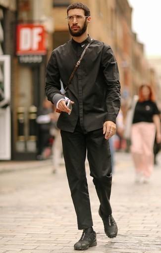Cómo combinar un bolso mensajero de cuero marrón: Para un atuendo tan cómodo como tu sillón casa una camisa de manga larga negra con un bolso mensajero de cuero marrón. Complementa tu atuendo con deportivas negras.