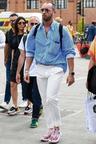 Cómo combinar un reloj gris: Emparejar una camisa de manga larga de rayas verticales en blanco y azul junto a un reloj gris es una opción excelente para el fin de semana. Haz deportivas rosadas tu calzado para mostrar tu inteligencia sartorial.