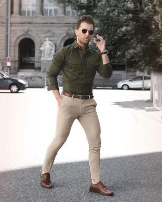 Cómo combinar: camisa de manga larga verde oliva, pantalón chino en beige, mocasín con borlas de cuero marrón, correa de cuero marrón