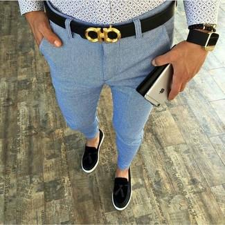 Cómo combinar: camisa de manga larga estampada celeste, pantalón chino celeste, mocasín con borlas de ante negro, correa de cuero negra