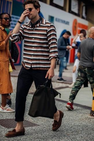 Cómo combinar: camisa de manga larga de rayas horizontales en multicolor, pantalón chino negro, mocasín con borlas de ante marrón, bolsa tote de lona en marrón oscuro