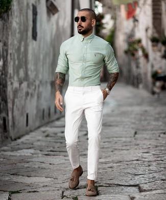 Cómo combinar un mocasín con borlas de ante marrón: Para un atuendo que esté lleno de caracter y personalidad opta por una camisa de manga larga en verde menta y un pantalón chino blanco. Con el calzado, sé más clásico y usa un par de mocasín con borlas de ante marrón.
