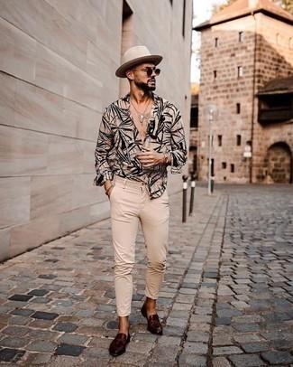 Un mocasín con borlas de vestir con un pantalón chino marrón claro: Opta por una camisa de manga larga estampada marrón claro y un pantalón chino marrón claro para conseguir una apariencia relajada pero elegante. Dale onda a tu ropa con mocasín con borlas.