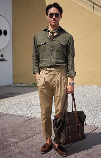 Un mocasín con borlas de vestir con un pantalón chino marrón claro: Empareja una camisa de manga larga de lino verde oscuro junto a un pantalón chino marrón claro para una apariencia fácil de vestir para todos los días. ¿Te sientes valiente? Opta por un par de mocasín con borlas.
