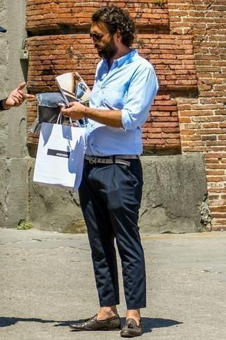 Cómo combinar un pantalón chino con un mocasín con borlas: Ponte una camisa de manga larga celeste y un pantalón chino para un look diario sin parecer demasiado arreglada. ¿Te sientes valiente? Complementa tu atuendo con mocasín con borlas.