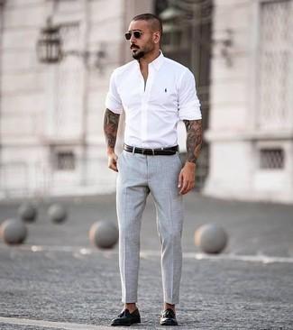 Cómo combinar unas gafas de sol negras: Para un atuendo tan cómodo como tu sillón considera emparejar una camisa de manga larga blanca junto a unas gafas de sol negras. Con el calzado, sé más clásico y opta por un par de mocasín con borlas de cuero negro.