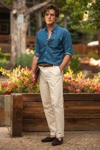 Cómo combinar un bolso con cremallera de cuero marrón: Emparejar una camisa de manga larga de cambray azul junto a un bolso con cremallera de cuero marrón es una opción muy buena para el fin de semana. ¿Te sientes valiente? Complementa tu atuendo con mocasín con borlas de ante en marrón oscuro.