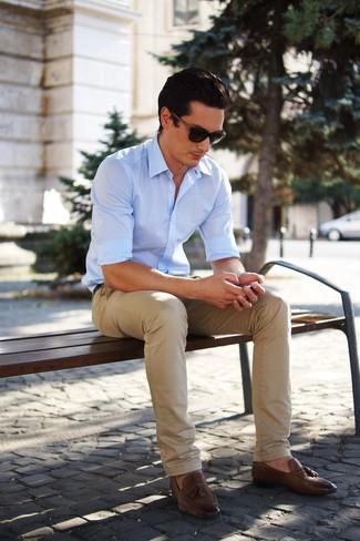 Cómo combinar: camisa de manga larga celeste, pantalón chino marrón claro, mocasín con borlas de cuero marrón, gafas de sol en marrón oscuro