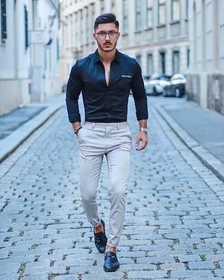 Cómo combinar un pantalón chino gris: Empareja una camisa de manga larga azul marino junto a un pantalón chino gris para cualquier sorpresa que haya en el día. ¿Te sientes valiente? Haz mocasín con borlas de cuero azul marino tu calzado.
