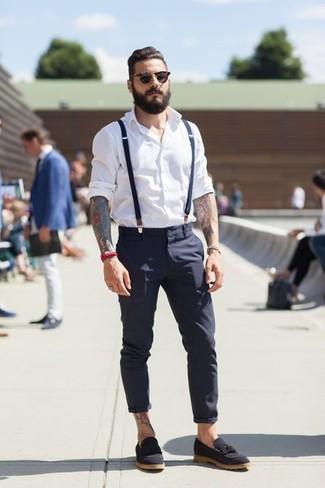 Casa una camisa de manga larga blanca con un pantalón chino azul marino para un look diario sin parecer demasiado arreglada. Mocasín con borlas de ante negro levantan al instante cualquier look simple.