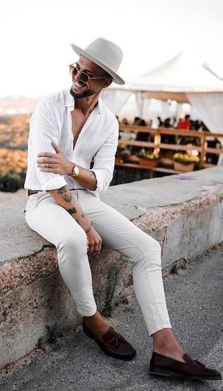 Cómo combinar un sombrero: Considera ponerse una camisa de manga larga de lino blanca y un sombrero transmitirán una vibra libre y relajada. ¿Por qué no ponerse mocasín con borlas de cuero en marrón oscuro a la combinación para dar una sensación más clásica?