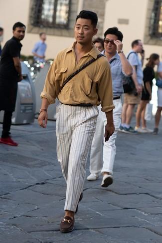 Cómo combinar: camisa de manga larga marrón claro, pantalón chino de rayas verticales blanco, mocasín de ante en marrón oscuro, correa de cuero negra