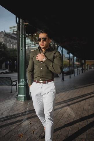 Cómo combinar un pantalón chino blanco: Intenta ponerse una camisa de manga larga verde oliva y un pantalón chino blanco para una vestimenta cómoda que queda muy bien junta. Mocasín de cuero en marrón oscuro son una opción perfecta para completar este atuendo.