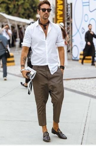 Outfits hombres: Intenta combinar una camisa de manga larga blanca junto a un pantalón chino marrón para un look diario sin parecer demasiado arreglada. Con el calzado, sé más clásico y elige un par de mocasín de cuero en marrón oscuro.