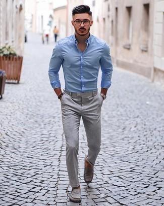 Cómo combinar un pantalón chino gris: Elige una camisa de manga larga celeste y un pantalón chino gris para una vestimenta cómoda que queda muy bien junta. Mocasín de ante gris añaden la elegancia necesaria ya que, de otra forma, es un look simple.