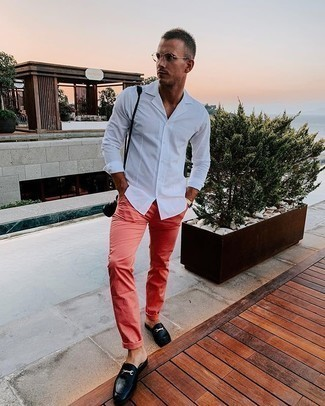 Cómo combinar unos pantalones rosa: Equípate una camisa de manga larga blanca junto a unos pantalones rosa para lidiar sin esfuerzo con lo que sea que te traiga el día. Con el calzado, sé más clásico y usa un par de mocasín de cuero negro.